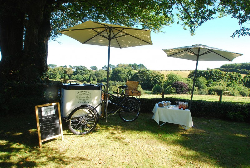 Book a traditional Ice Cream cart for your perfect summer wedding